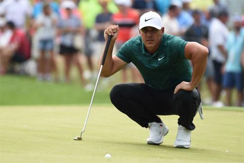 Koepka chịu áp lực lớn từ Tiger Woods, người luôn nhận được sự cổ vũ nồng nhiệt từ các cổ động viên. Ảnh: ABC News.