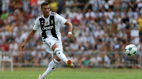 Ronaldo trong trận giao hữu với đội trẻ Juventus tạiVillar Perosa. Ảnh: AFP.