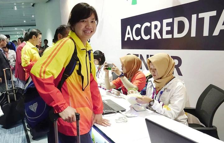 Ánh Viên làm thủ tục kích hoạt thẻ để nhập cảnh vào Indonesia tại sân bay Jakarta chiều ngày 14/8. Ảnh: Bạch Dương.