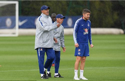 Sarri bên cạnh trợ lý Zola và tiền vệ Jorginho. Ảnh:AFP.