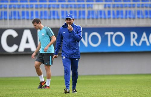 Conte trên sân tập cùng cầu thủ Chelsea. Ảnh:AFP.