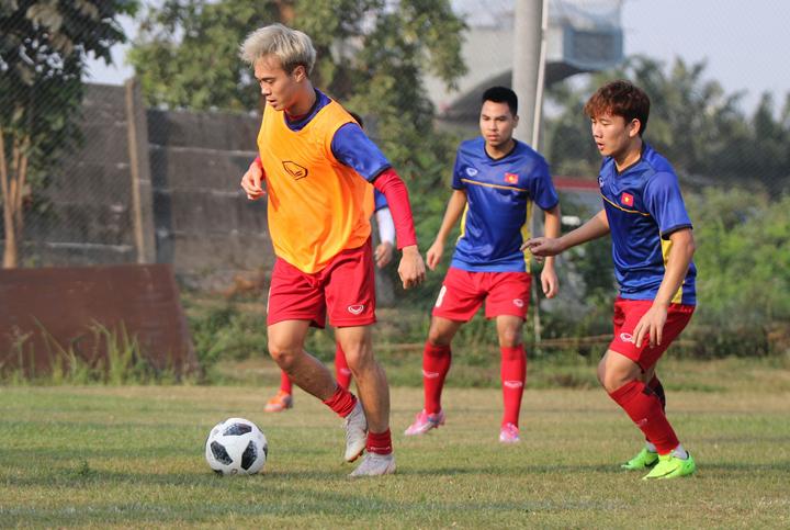 Chiều 15/6, Việt Nam tập trên sân có mặt cỏ tốt để chuẩn bị cho trận đấu với Nepal. HLV Park Hang-seo không muốn cầu thủ mất gần hai tiếng di chuyển tới sân tập xa do Ban tổ chức sắp xếp nên VFF tác động, nhờ mượn sân gần nơi đội tuyển đóng quân.