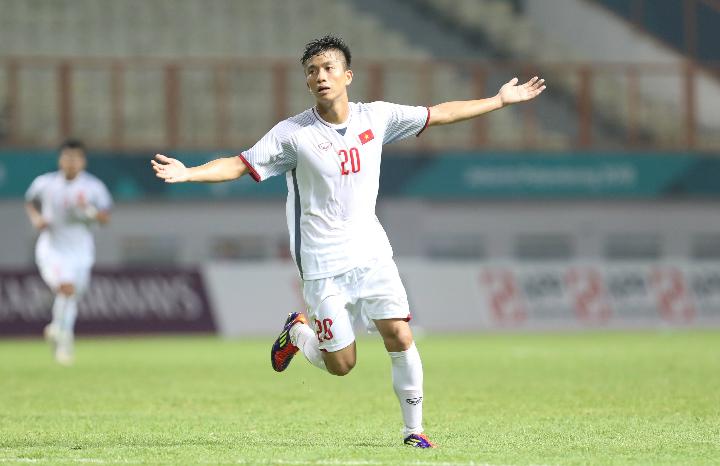 Phan Văn Đức ăn mừng bàn thắng ấn định tỷ số 2-0 cho Olympic Việt Nam tối 16/7. Trước đó, trong trận đấu gặp Olympic Uzbekistan tại Hà Nội ngày 7/8, anh cũng ghi bàn gỡ hoà cho đội chủ nhà. Ảnh: Đức Đồng.