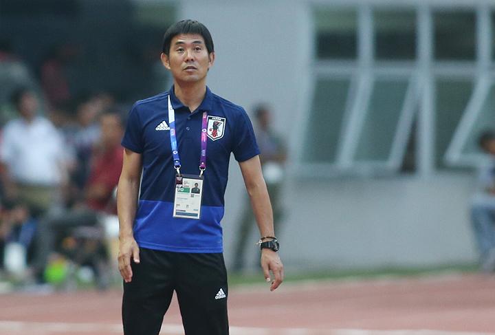 HLVMoriyasu Hajime chỉ đạo cầu thủ trong trận Nhật Bản thắng Pakistan 4-0 để giành vé vào vòng 1/8 Asiad 2018 chiều 16/8. Ảnh: Lâm Thỏa