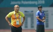 HLV Park Hang-seo cảm ơn các cầu thủ khi Việt Nam giành vé vào vòng 1/8
