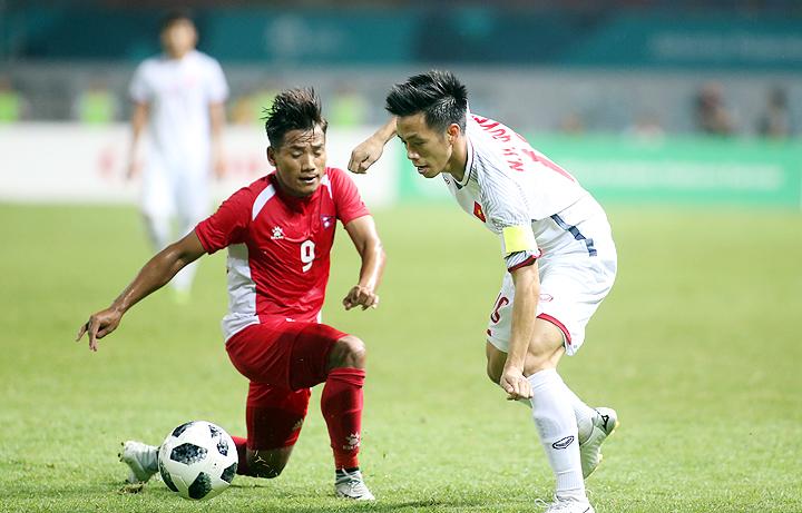 Sau khi được tung vào sân, Văn Quyết liên tục khoét vào cánh phảicủa đối thủ, tạo ra nhiều tình huống nguy hiểm trong trận thắng Nepal 2-0 tối 16/8. Ảnh: Lâm Thỏa