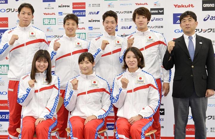 Hirai (bìa phải) là trưởng đoàn bơi lội Nhật Bản trong nhiều sự kiện. Ảnh: Japantimes.