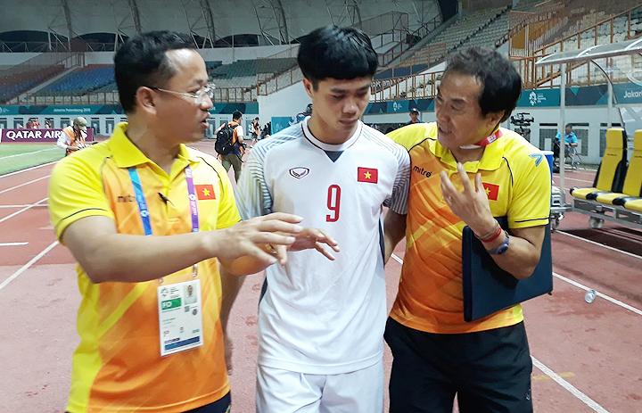 Trợ lý Lee Young-jin (phải) nhờ trợ lý ngôn ngữ Huy Khoa phiên dịch khi nói chuyện cùng Công Phượng sau trận đấu giữa Việt Nam và Nepal tối 16/8.