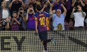 Messi phá liên tiếp hai kỷ lục chỉ bằng một bàn thắng