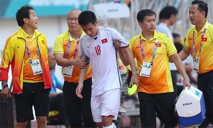 Hùng Dũng không phải phẫu thuật, và được ở lại với đội đến hết vòng 1/8, thay vì bay về Hà Nội trong hôm nay. Ảnh: Lâm Thoả.