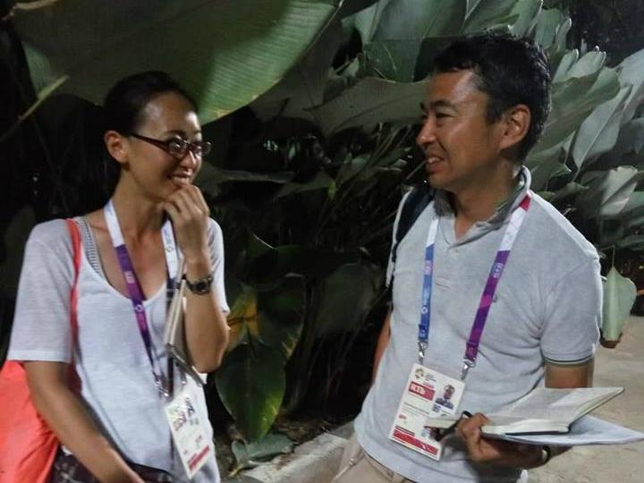 Shimosakai (phải) nhìn vào cuốn sổ ghi chằng chịt chữ liên quan đến trận đấu, rồi nói rằng ông ấn tượng nhất với Tuyết Dung. Ảnh: Xuân Bình.