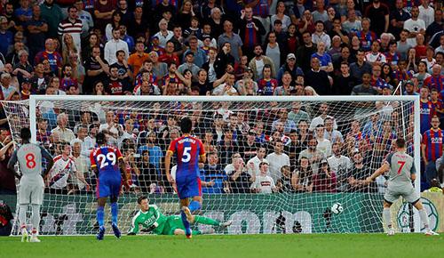 Milner sút phạt đền thành bàn cho Liverpool cuối hiệp một. Ảnh: Reuters.