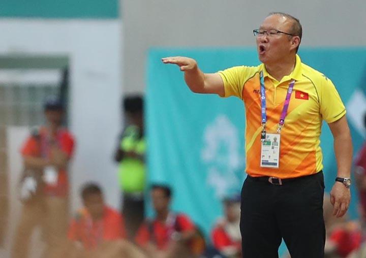 HLV Park Hang-seo chỉ đạo các học trò trong trận thắng Nhật Bản 1-0 ngày 19/8.