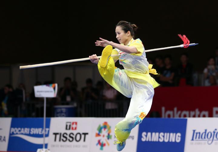 Dương Thuý Vi biểu diễn thương thuật tại sân đấu được tổ chức tại Khu triển lãm Indonesia. Ảnh: Lâm Thỏa