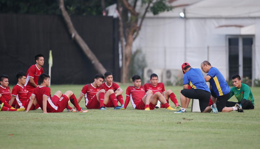 HLV Park Hang-seo suy tư tìm cách hạ Bahrain