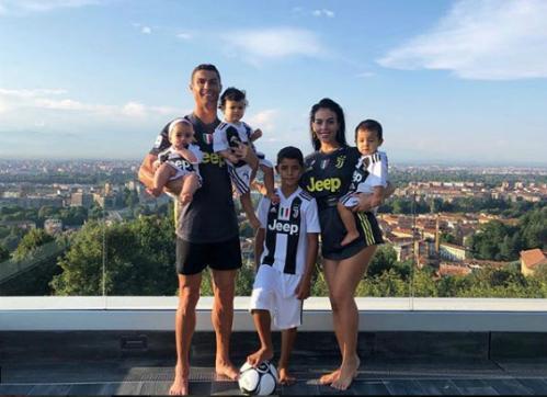 Ronaldo bên cạnh bạn gáiGeorgina và con trai lớn Cristiano Juniors, con gái út Alana và cặp sinh đôi Eva và Mateo. Ảnh:Instagram.