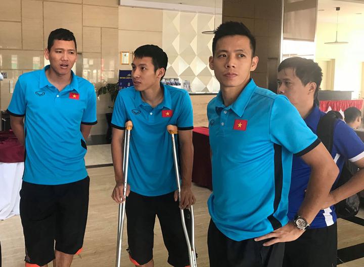 Đỗ Hùng Dũng chia tay các đồng đội tại sảnh khách sạn Aston sáng nay 22/8. 21h10 tiền vệ của Olympic Việt Nam sẽ về tới Hà Nội. Ảnh: CM