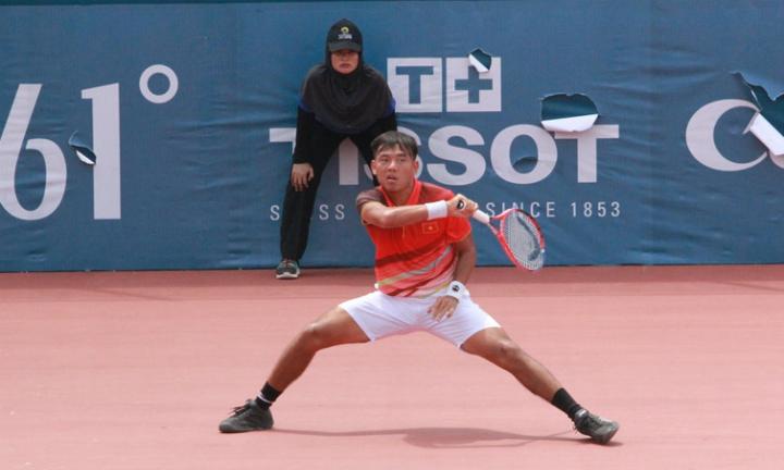 Hoàng Nam trong trận đấu với Gunneswaran. Tay vợt 21 tuổi đang tiến bộ nhanh trong thời gian qua. Ảnh: Xuân Bình.