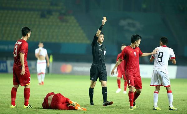 Trọng tài rút thẻ đỏ trực tiếp với cầu thủ Bahrain. Ảnh: Đức Đồng.