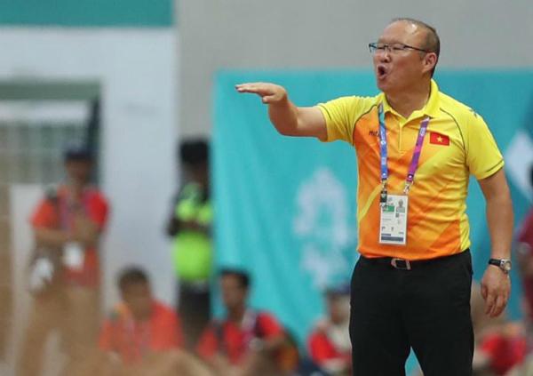 HLV Park Hang-seo chỉ đạo quyết liệt các học trò trong trận thắng Nhật Bản hôm 19/8. Ảnh: Đức Đồng.