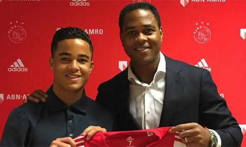 Hai cha con nhà Kluivert đều trưởng thành từ lò Ajax.