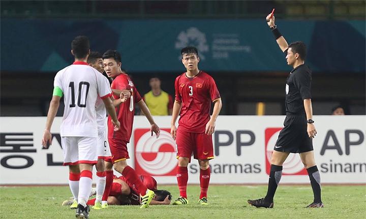 Trọng tài truất quyền thi đấu của tiền đạo Sanad Ahmed (số 9, áo trắng), khiến Bahrain chịu thiệt người và thua trận. Ảnh: Đức Đồng.