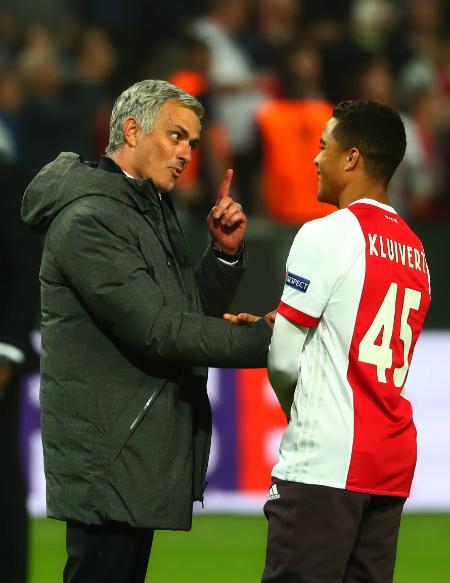 Mourinho tiếp cận Justin Kluivert ở trận chung kết Europa League 2017. Ảnh:AFP.