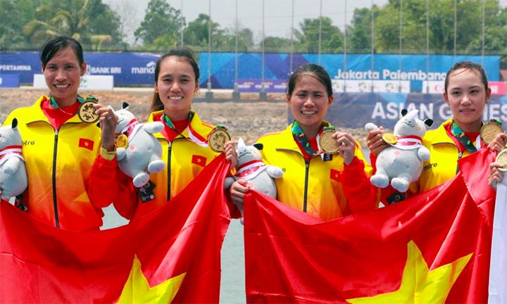 Các tay chèo Việt Nam trên bục nhận huy chương. Ảnh: Xuân Bình.