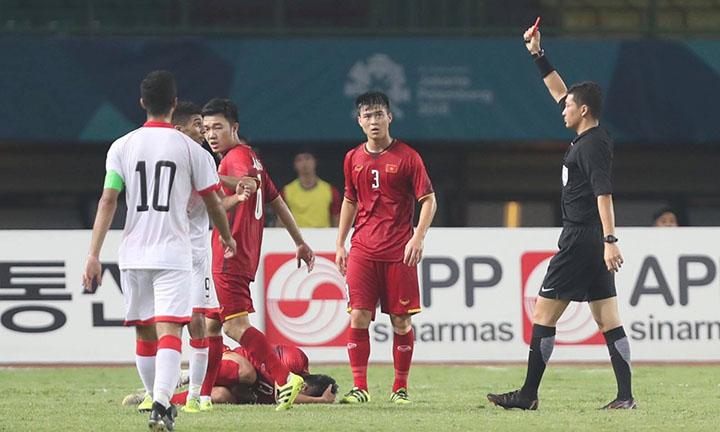 Chiếc thẻ đỏ cho Bahrain cuối hiệp một đã xoay chuyển cục diện trận đấu tối 23/8. Ảnh: Đức Đồng.
