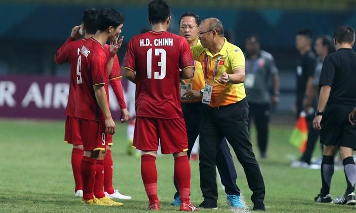 HLV Park Hang-seo chỉ đạo chiến thuật cho hai cầu thủ vào sân thay người: Công Phượng (số 9) và Đức Chinh (số 13). Ảnh: Đức Đồng.