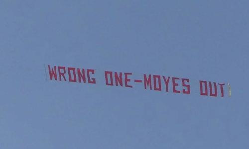 CĐV Man Utd dùng máy bay căng biểu ngữ đòi đuổi Phó Chủ tịch