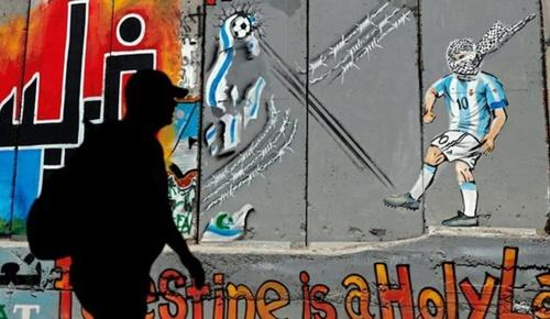 Hình ảnh Messi đeo bịt mặt được vẽ trên bức tường ngăn cách giữa Israel với Palestine tại thành phốBethlehem. Ảnh: Reuters.
