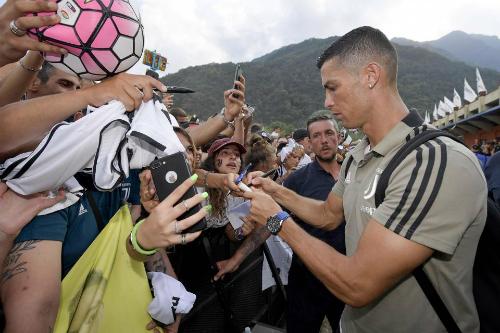Ronaldo sở hữu lượng cổ động viên đông bậc nhất trên thế giới. Ảnh:AFP.