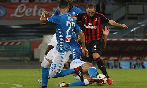 Higuain chơi cố gắng, nhưng không để lại dấu ấn trong lần đầu cùng Milan làm khách tại San Paolo. Ảnh: ANSA.