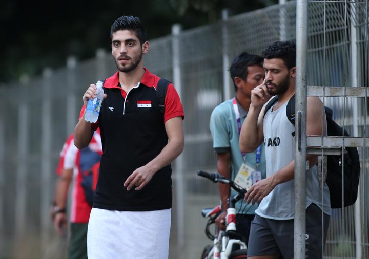 Cầu thủ Syria rời sân tập chiều 26/8. Các học trò củaHLV Alfakeer Muhannad muốn xin ảnh từ phóng viên Việt Nam bởi không có cơ quan truyền thông nào của họ theo đội. Ảnh: Lâm Thỏa
