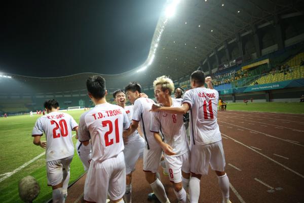 Văn Toàn và đồng đội làm nên lịch sử cho bóng đá Việt Nam. Ảnh: Đức Đồng.