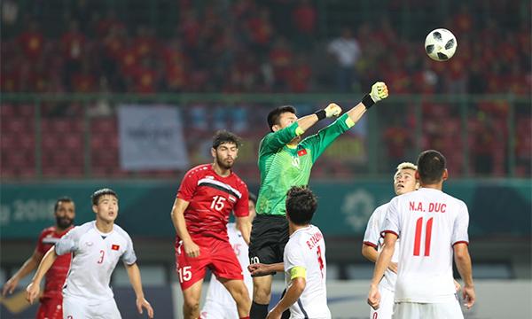 Tiến Dũng không cho các cầu thủ Syria chiến thắng ở các pha bóng bổng. Ảnh: Đức Đồng.