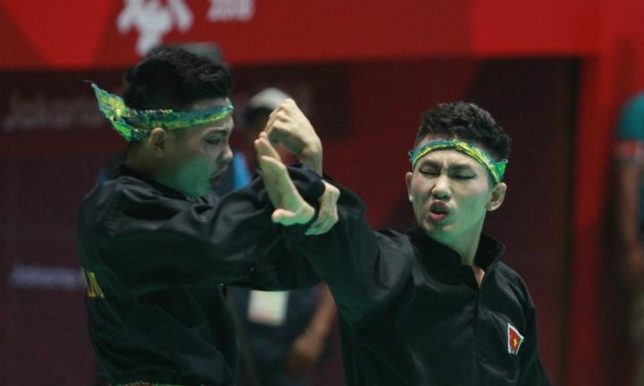 Hồng Quân và Đức Danh (từ trái sang) đoạt huy chương đầu tiên cho silat Việt Nam tại Asiad 2018. Ảnh: Xuân Bình.