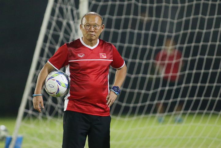 HLV Park Hang-seo đăm chiêu trong buổi tập trước trận đấu. Ảnh: Lâm Thỏa.