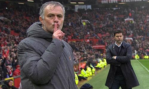 Mourinho ra dấu im lặng sau khi đánh bại Tottenham mùa trước trên sân nhà Old Trafford. Ảnh: Reuters.