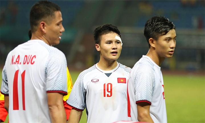 Quang Hải bị rách mí mắt, chảy máu đầm đìa, nhưng vẫn thi đấu miệt mài về cuối trận, trước khi cùng đồng đội chia vui với khán giả với vết thương dán băng. Ảnh: Đức Đồng.