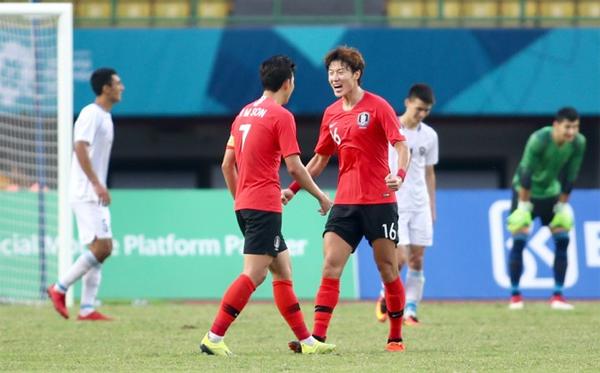 Hwang Ui Jo có một trận đấu xuất sắc ở vị trí trung phong và luôn được Son Heung Min hỗ trợ tối đa. Ảnh: Lâm Thỏa.