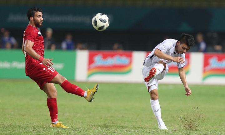 Quang Hải chơi ở giữa sân trong vai trò điều tiết nhịp độ trận đấu khi Việt Nam đánh bại Syria tối 27/8. Ảnh: Đức Đồng