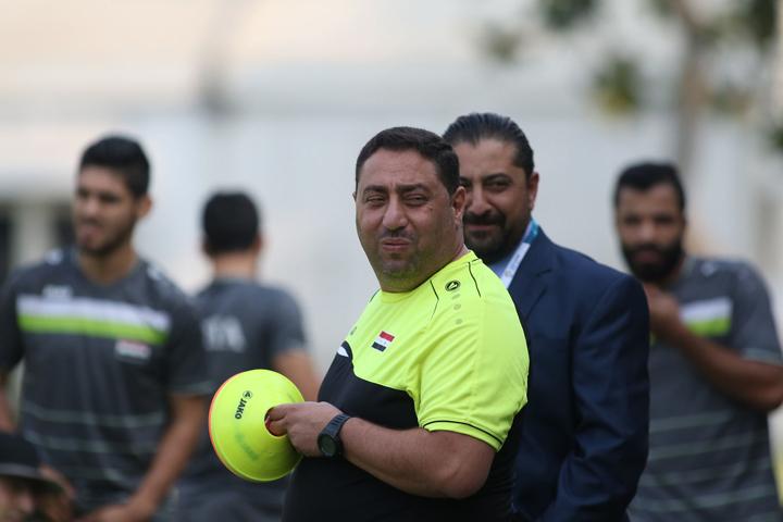 HLV Alfakeer Muhanna chỉ cho Syria tập hai bài gồm xuống biên đưa bóng vào và đá phạt 11m trong buổi tập tối 26/8. Ảnh: Lâm Thỏa