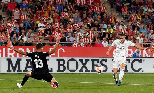 Bale dễ dàng ghi bàn trong thế đối mặt thủ môn. Ảnh: Reuters