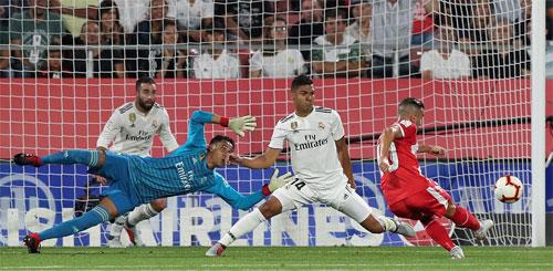 Garcia không bỏ lỡ cơ hội trong khi hàng thủ Real mất phương hướng.