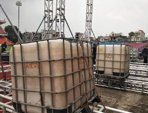 Những bồn nước làm đối trọng trong quá trình lắp đặt màn hình Led cỡ khủng.