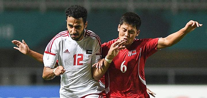 Cầu thủ UAE (áo trắng) nhẫn nại, chờ đợi cơ hội để hạ Triều Tiên. Ảnh: AFC.