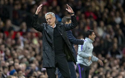 Sự thất vọng của Mourinho khi chứng kiến Man Utd thủng lưới ba bàn ở hiệp hai. Ảnh:DM.