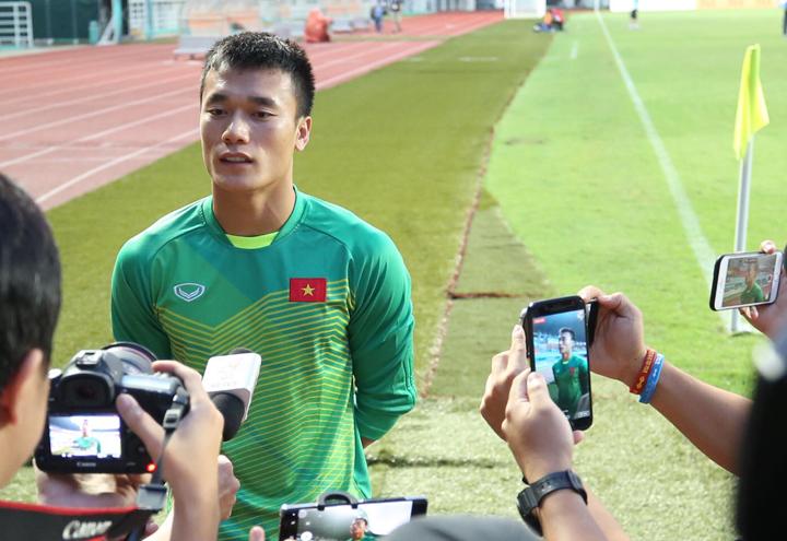 Tiến Dũng rất tự tin khi nói về trận bán kết với Hàn Quốc, trong cuộc phỏng vấn ngắn bên lề buổi tập của đội Việt Nam trên sân Pakansari chiều nay 28/9. Ảnh:Đức Đồng.